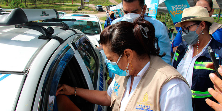 La jefa de Salud en Siguatepeque, Olivia Pereira, vacuna a un taxista en Siguatepeque.
