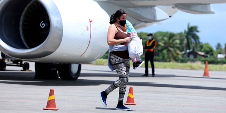 Las familias de migrantes arribaron ayer al país, luego de ser deportados desde Estados Unidos.