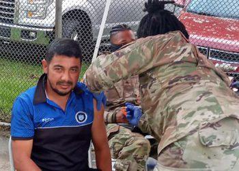 """El DT de Victoria, Carlos """"Chato"""" Padilla, recibiendo la vacuna."""