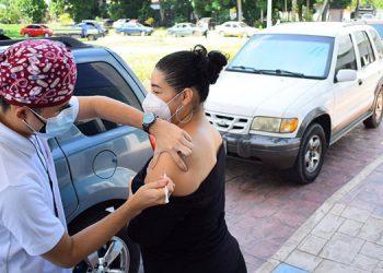 Desde tempranas horas, cientos de sampedranos acudieron a los centros de vacunación.