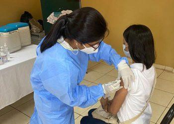 Las autoridades informaron que trabajan para completar el proceso completo de inmunización para los docentes.