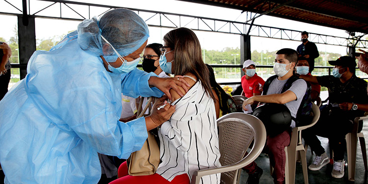 La Quinta Jornada de Vacunación contra la COVID-19 continuó ayer, en el Campo de Parada Marte, para empleados del rubro turístico.