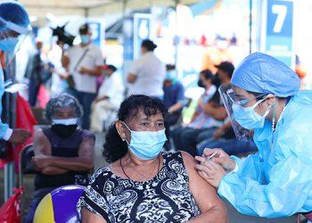 Desde la noche del viernes o la madrugada de ayer sábado, se formaron largas filas de personas en los centros de vacunación, como el Estadio Nacional, para inocularse contra el COVID-19