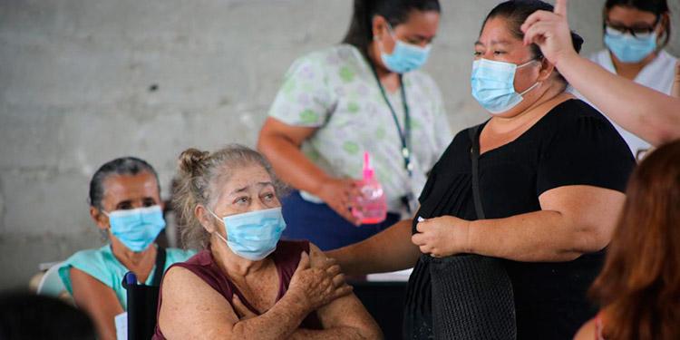Los médicos recomiendan que la población use doble mascarilla para tener una protección más certificada.