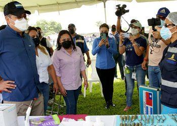 El Presidente Juan Orlando Hernández entregó ayuda humanitaria a pobladores del municipio de San Ignacio.