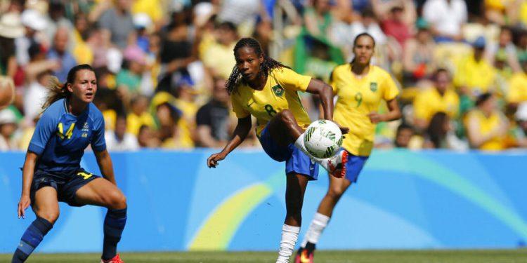 ARCHIVO - La brasileña Formiga (centro) remata ante la sueca Emilia Appelqvist (izquierda) durante el duelo de semifinales del fútbol femenino de los Juegos Olímpicos de Río, el 16 de agosto de 2016. (AP Foto/Silvia Izquierdo, archivo)