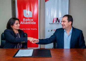 Lucy Sauceda, vicepresidenta ejecutiva de Banca Comercial Pyme y Gabriel Saybe, gerente general de Fundidora del Norte.