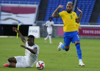 Youssouf Dao, de Costa de Marfil, a la izquierda, recibe una falta del brasileño Douglas Luiz durante un partido del torneo de fútbol masculino en los Juegos Olímpicos de Tokio, en Yokohama, el domingo 25 de julio de 2021. (Foto AP/Kiichiro Sato)