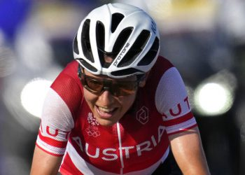 La ciclista austríaca Anna Kiesenhofer en su camino a la victoria en la prueba femenina de ciclismo en ruta de los Juegos Olímpicos de Tokio, el 25 de julio de 2021, en Oyama, Japón. (AP Foto/Christophe Ena)