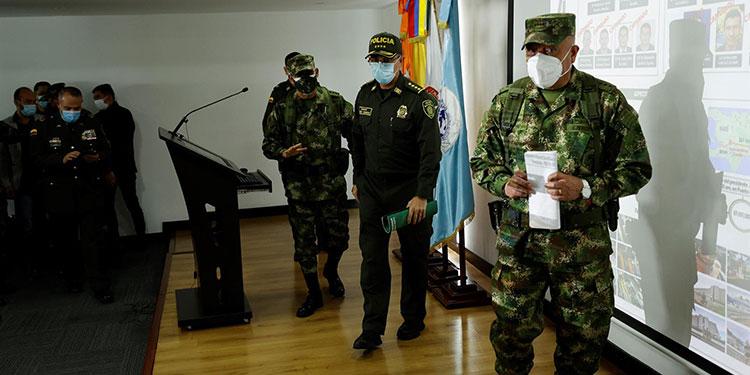 El general Luis Fernando Navarro (d) comandante de las Fuerzas Armadas de Colombia acompañado del general Jorge Luis Vargas (c) director de la Policía de Colombia, hablan durante una rueda de prensa hoy en Bogotá (Colombia). EFE