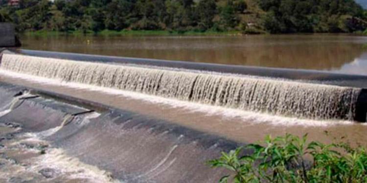 El 60 por ciento del agua que recibe la ciudad en forma de lluvia se escapa al mar por falta de embalses, lamentan.