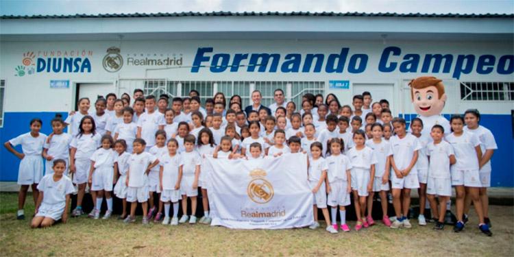 Las escuelas socio-deportivas que desarrolla la Fundación Diunsa con la Fundación Real Madrid tienen por objetivo formar en valores a través de la práctica deportiva.