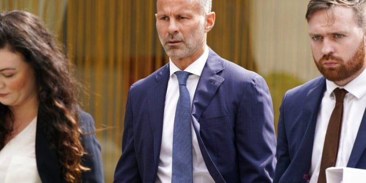 El exjugador del Manchester United Ryan Giggs, centro, llega a la corte de Manchester donde es acusado de agredir a dos mujeres y de conducta controladora y coercitiva, en Manchester, Inglaterra, el viernes 23 de julio de 2021. (Peter Byrne/PA vía AP)
