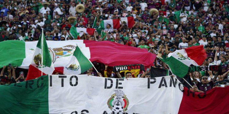Una multitud de aficionados mexicanos canta el Himno Nacional antes de un partido amistoso ante Nigeria, el sábado 3 de julio de 2021, en Los Ángeles (AP Foto/Ashley Landis)