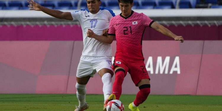 Honduras' Luis Palma, left, and South Korea's Kim Jingyu battle for the ball during a men's soccer match at the 2020 Summer Olympics, Wednesday, July 28, 2021, in Yokohama. (AP Photo/Kiichiro Sato)