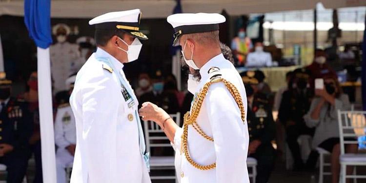 """La Medalla """"Orden al Mérito Naval, Almirante Padilla"""", fue conferida al contralmirante José Jorge Fortín Aguilar."""