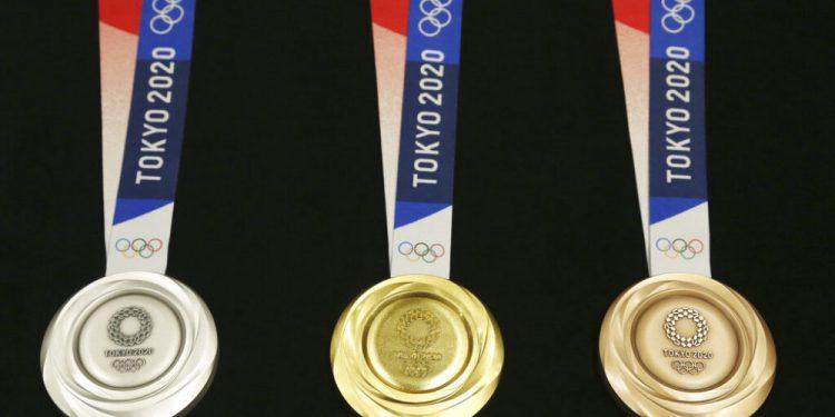 ARCHIVO - En esta foto el 24 de julio de 2019, las medallas de los Juegos Olímpicos de Tokio 2020 son exhibidas. (AP Foto/Koji Sasahara, archivo)