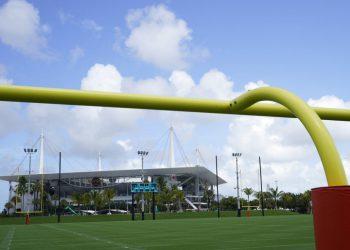 El Estadio Hard Rock puede verse al fondo desde los campos de entrenamiento de las nuevas instalaciones de práctica de los Dolphins de Miami, el martes 20 de julio de 2021, en Miami Gardens, Florida. (AP Foto/Wilfredo Lee)