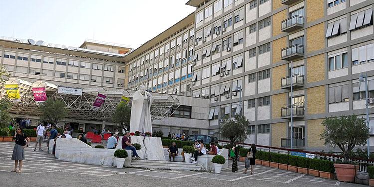 Entrada del Policlínico Gemelli de Roma, en el que permanece ingresado el papa Francisco. EFE