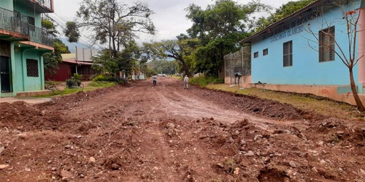 Para la pavimentación se iniciaron los trabajos en la calle de terracería que conduce de la Policía Nacional hasta la Dirección Distrital de Educación.