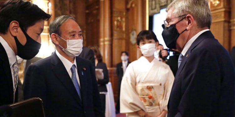 RESTRICCIÓN: UN SOLO USO EDITORIAL _ El presidente del COI Thomas Bach, derecha, se reúne con el primer ministro japonés Yoshihide Suga, segundo desde la derecha, en el Palacio de Akasaka en Tokio el 18 de julio del 2021 .(Cortesía de Tokio 2020 vía AP)