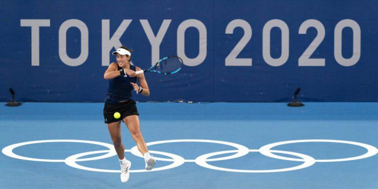 Garbiñe Muguruza entrena en el Centro de Tenis Ariake previo a los Juegos Olímpicos de Tokio, el miércoles 21 de julio de 2021. (AP Foto/Alex Brandon)