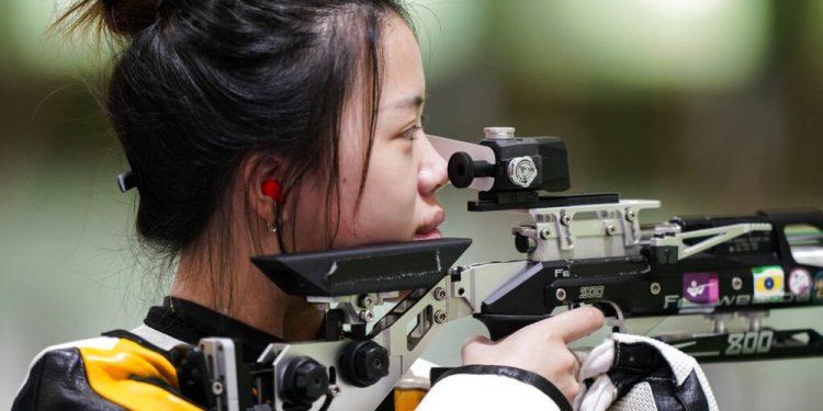 La china Qian Yang practica en el campo de tiro Asaka, el viernes 23 de julio de 2021, antes de competir en los Juegos Olímpicos de Tokio (AP Foto/Alex Brandon)