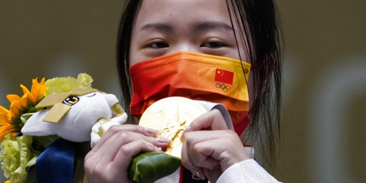 La china Yang Qian reacciona tras ganar la medalla de oro en la prueba de carabina de aire de 10 metros en los Juegos Olímpicos de Tokio, el sábado 24 de julio de 2021. (AP Foto/Alex Brandon)