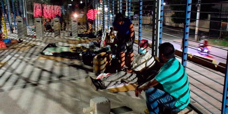 Los pacientes y vagabundos han convertido en hospedaje las instalaciones del Tran450, a falta de sitios donde alojarse.