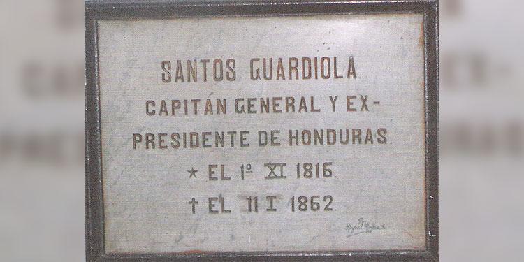 1 La placa que indica el lugar donde fue sepultado en la Catedral el Presidente José Santos Guardiola Bustillo