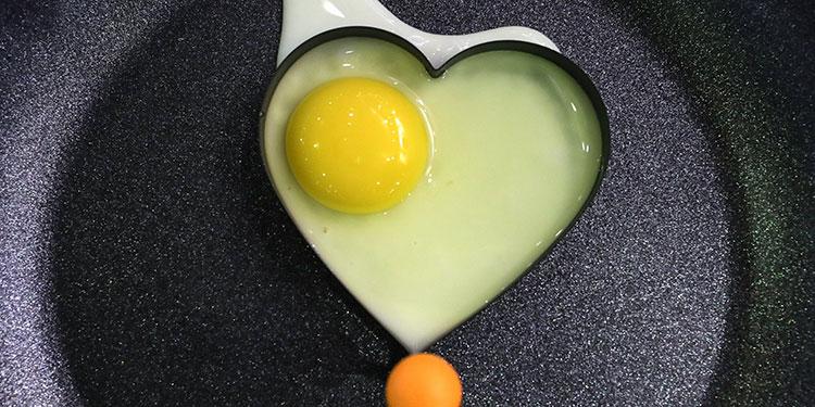 La yema de huevo es uno de los alimentos que más vitamina A contiene. EFE/ Armando Babani