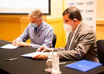 Los acuerdos entre USAID y OIM fueron firmados con delegados de las ONG, a favor de los migrantes hondureños.