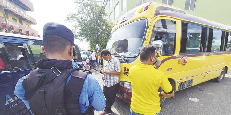 Un guardia de seguridad viajaba entre los pasajeros y repelió el atraco, ultimando a uno de los maleantes.