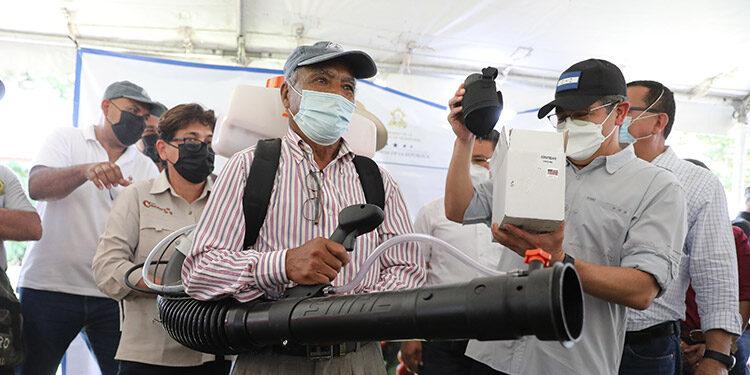 El Presidente Juan Orlando Hernández entregó equipo, bonos y becas a caficultores del municipio de Guaimaca.