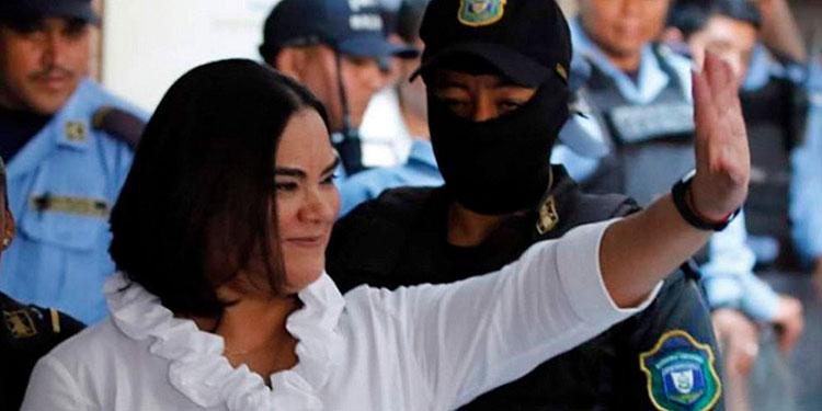 El juicio de la exprimera dama, Rosa Elena Bonilla, no comienza debido a que se encuentra mal de salud.