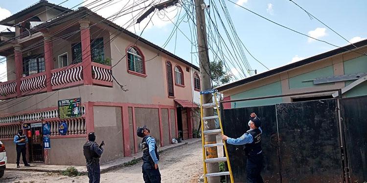 Tras descubrir el novedoso sistema de vigilancia, agentes de la Dirección Policial de Investigaciones (DPI), procedieron a desinstalarlo.