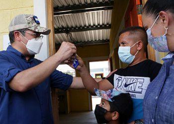 El Presidente Juan Orlando Hernández les dijo a los beneficiados que esas casas las podrán heredar a sus hijos.