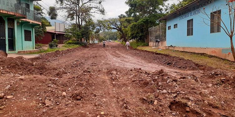 Varios tramos carreteros son reparados en Catacamas, Olancho, con el apoyo del Fondo Cafetero.