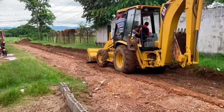 Maquinaria pesada ya trabaja en la reparación de calles dañadas por las inundaciones en Catacamas.