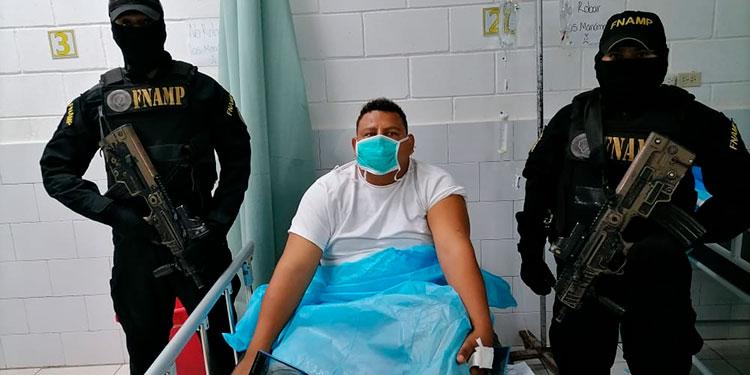 Franklin Eduardo Cartagena Suárez sufrió una herida leve menor provocada por esquirlas y una fractura provocada por una caída cuando pretendía huir de los antipandillas.