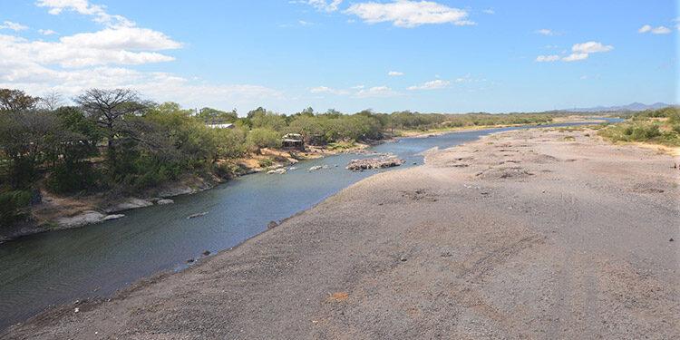 Mil metros de muro y borda de contención contemplaría el proyecto, aguas abajo del puente de hierro de Choluteca.