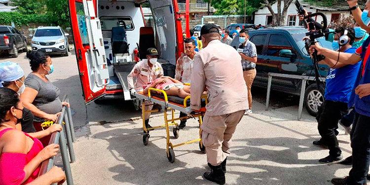 """Un total de 19 personas se transportaban en el vehículo de """"paila"""" que volcó en la zona de El Corpus, Choluteca."""