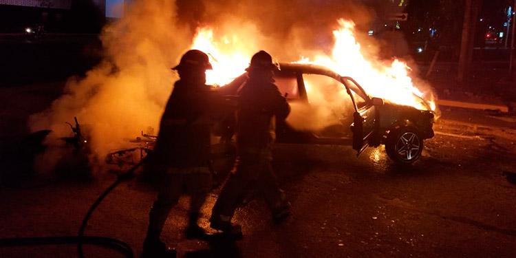 Pese al aparatoso choque, seguido de incendio vehicular, no hubo víctimas que lamentar, solo pérdidas materiales para los dueños de los tres vehículos.