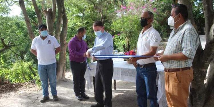 Miembros del patronato del barrio La Guama, acompañaron al alcalde Carlos Miranda, en el corte de la cinta de inauguración del proyecto.