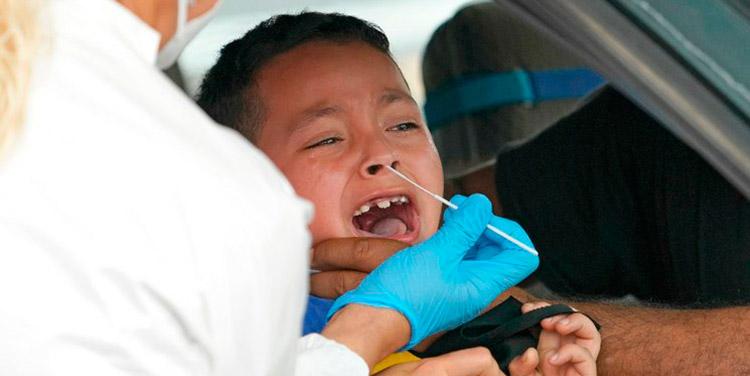 Los pediatras han advertido sobre el incremento en los contagios de COVID-19 entre los menores de edad.