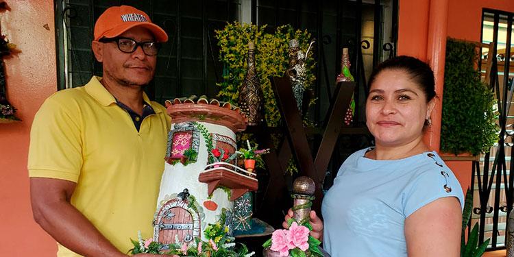 De profesión maestro de primaria y pedagogo, Félix Ernesto González y su esposa, Sonia Vásquez, iniciaron su empresa en medio del encierro por la pandemia del COVID-19.