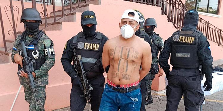 A Edilberto Pineda Pérez le decomisaron un arma de fuego con su cargador y municiones (foto inserta), propiedad de los entes de seguridad del Estado.