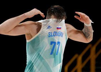 El esloveno Luka Doncic (77) reacciona tras un fallo de un compañero en el partido por el bronce del torneo de baloncesto de los Juegos de Tokio contra Australia, el 7 de agosto de 2021, en Saitama, Japón. (AP Foto/Eric Gay)