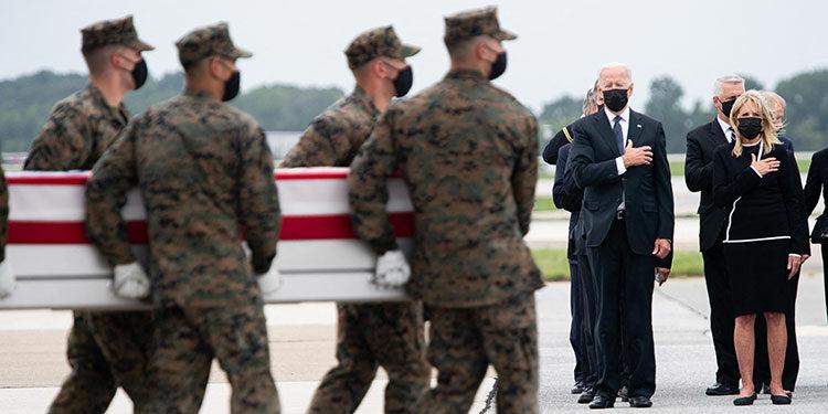 El presidete Biden y su esposa en la base Dover mientras bajaban los cuerpos de los soldados fallecidos en Afganistán.