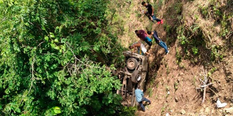 El reporte preliminar del Cuerpo de Bomberos señala que el vuelco ocurrió en el desvío de San Juan Arriba, El Corpus, y habría sucedido por la sobrecarga de pasajeros en el vehículo que se precipitó a la hondonada.